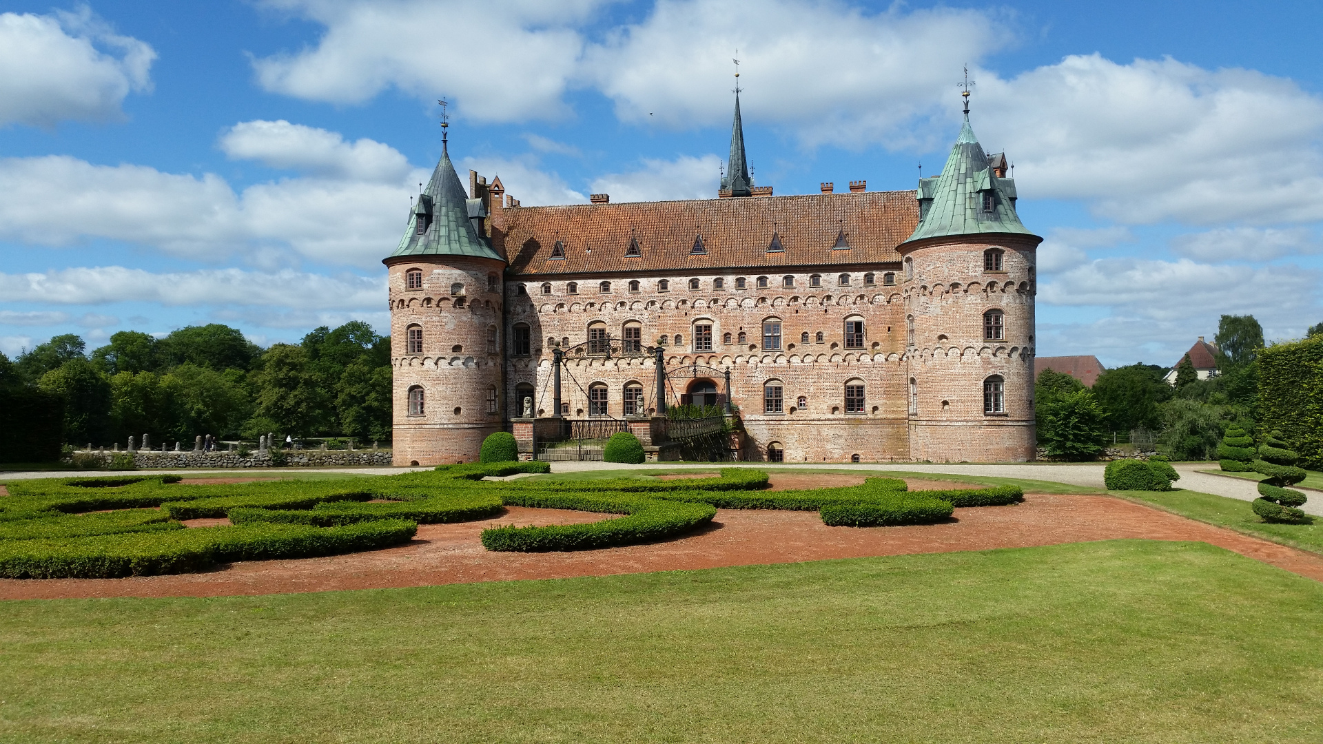 Egeskov castle from the side